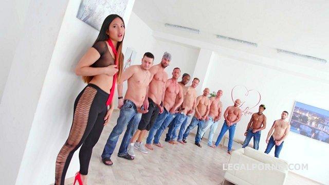 Смотреть Порно без Регистрации Бешенный гэнг-бэнг одной азиатки и десятерых бравых байкером с двойным проникновением видео