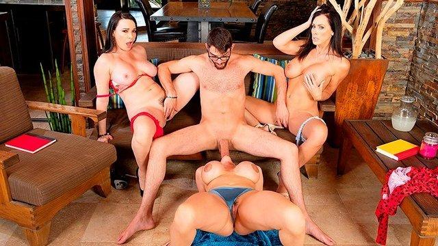 Смотреть Порно без Регистрации Три подруги наткнуть на порножурнал и тут же захотели поебаться с поваром видео