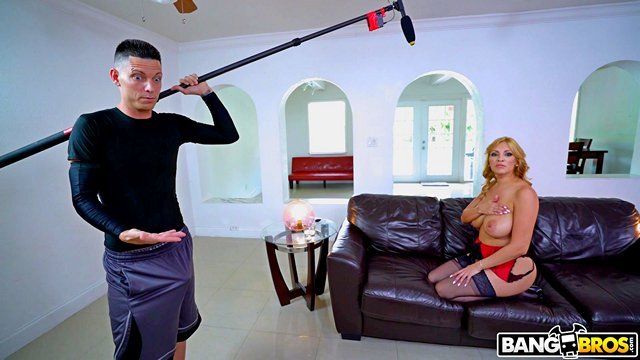 Порно Смотреть Звукооператор возбудился на съёмках и актриса дала жестко отдолбить свою письку видео