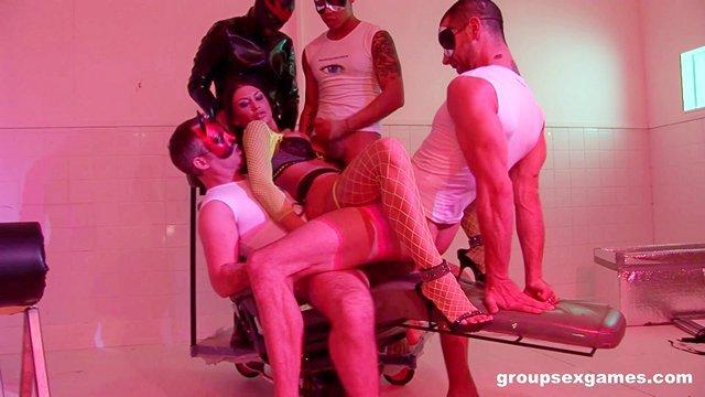 Порно Смотреть Нео-гэнг-бэнг как новый вид искусства все глубже проникается в порноиндустрию видео
