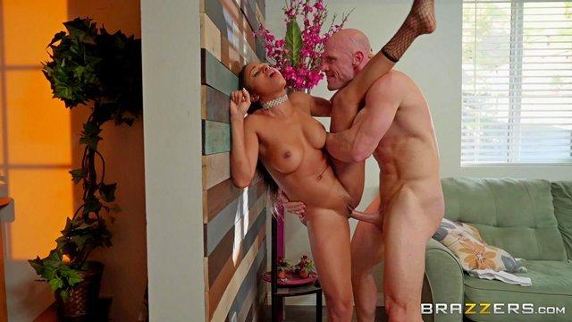 Смотреть Порно Невероятная мулаточка даёт растянуть свою мокрощелку самому Джони Синсу видео