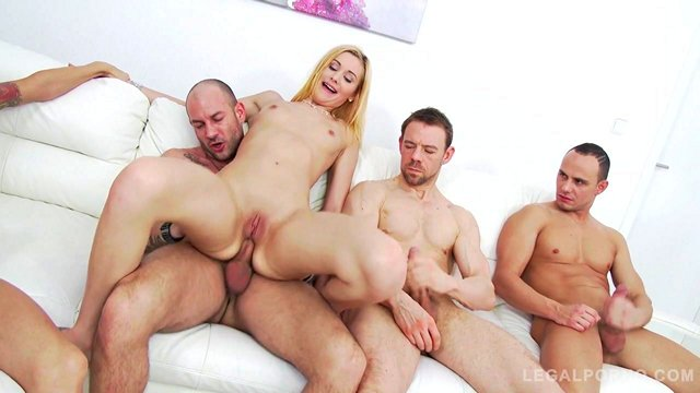 Смотреть Бесплатное Порно Белокурая сексапилочка без моральных принципов ебется сразу с кучей мужиков, испытывает кайф от двойного проникновения в анал видео