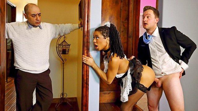 Смотреть Порно Молоденькая негритянка в униформе горничной трахается с риелтором в супружеской спальне видео