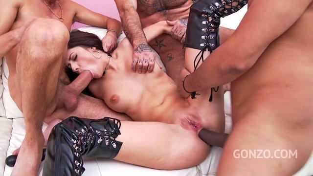 Смотреть Бесплатное Порно Трое крепких мужиков пускают одну любительницу жопотраха по маленькому уютному кругу видео
