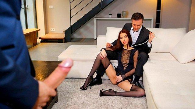 Смотреть Порно Онлайн Любовник нашампуривает молодую красотку, пока её муж сидит рядом и надрачивает свой торчок видео