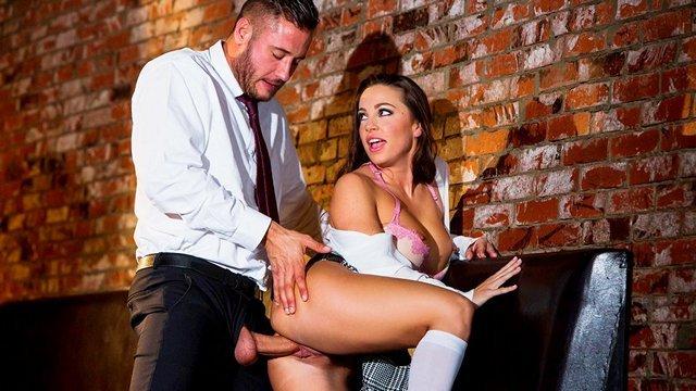 Смотреть Порно Ролики Сексуальная студентка увидела в баре своего профессора и решила воспользоваться моментом видео