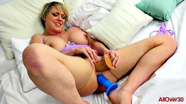 Смотреть Порно без Регистрации Старая кошелка с короткой стрижкой все никак не наиграется со своими игрушечными хуями видео