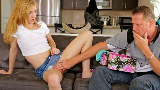 Смотреть Порно Ролики Худенькая шлюшка трахается с опытным мужиком прямо за спиной его глупой жены видео