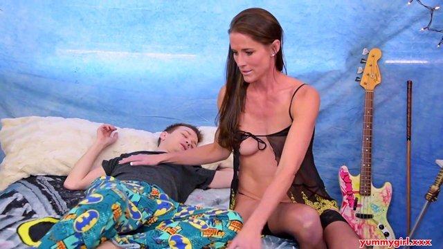 Смотреть Бесплатное Порно Сексапильная зрелка принимает в мокрую пизду большой пенис молодого ловеласа видео