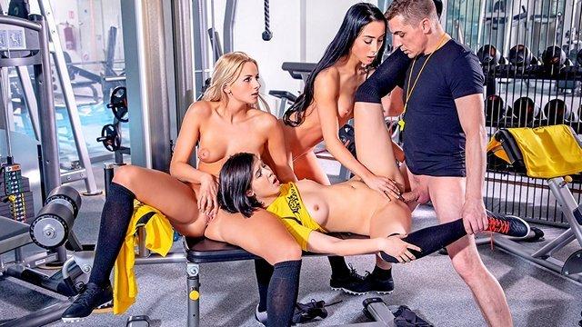Смотреть Секс Похотливый тренер в спортзале жарко пердолит сексуальных футболисток в мелкие киски видео
