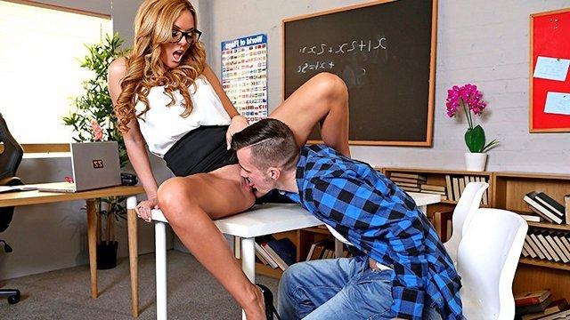 Смотреть Порно Сисястая мисс Сэран устроилась преподом в университет, но пока преподает только жаркий секс видео