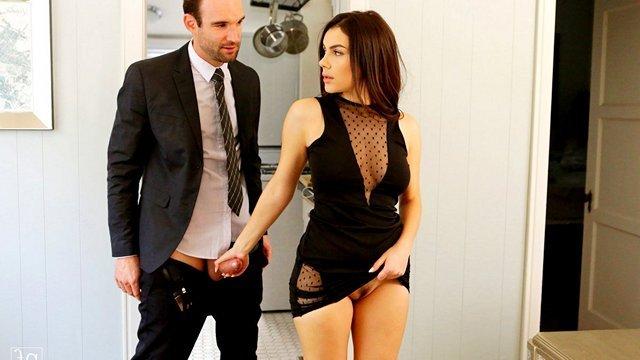 Смотреть Бесплатно Порно Итальянская шлюшка с идеальным телом скачет на большом члене похотливого спонсора видео