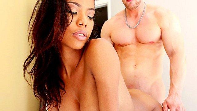 Смотреть Порно Смуглокожая проститутка хорошенько отрабатывает весь гонорар на длинном белом мамонте клиента видео