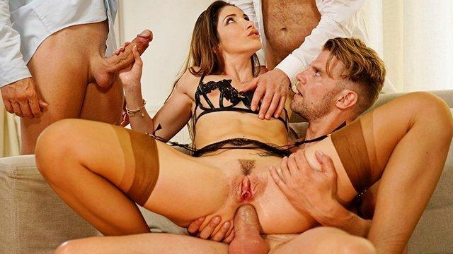 Смотреть Секс Поделили все французские дырочки сразу на три члена и впендюрили мочалке двойное проникновение видео