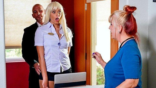 Смотреть Порно Бесплатно Лысый начальник пердолит молоденькую блондинку с ресепшена в одной из комнат отеля видео