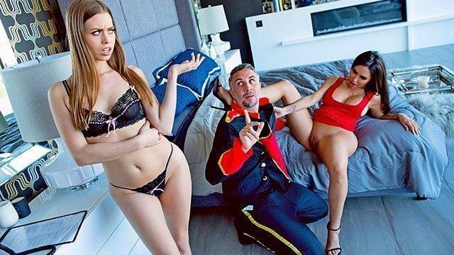 Порно Смотреть Озабоченный консьерж оттрахал большим членом двух сексуальных шлюшек в мокрые киски видео