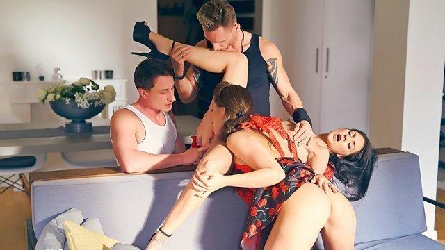 Смотреть Порно Ролики Две сексапильные девушки поменялись парнями и насладились свингерской групповухой видео
