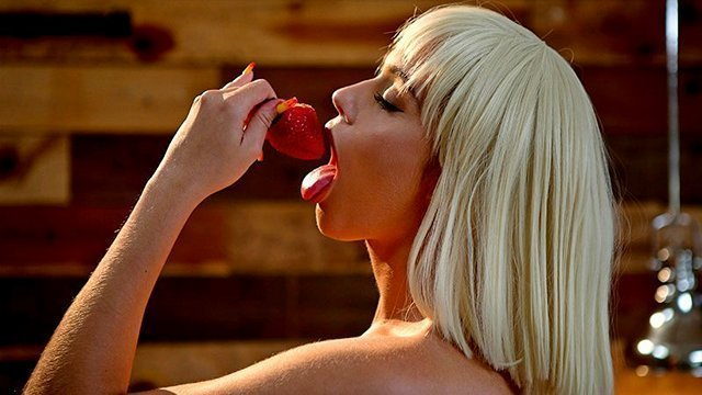 Смотреть Порно Бесплатно Ослепительная шлюшка после ебли с мужиком кушает клубнику приправленную спермой видео