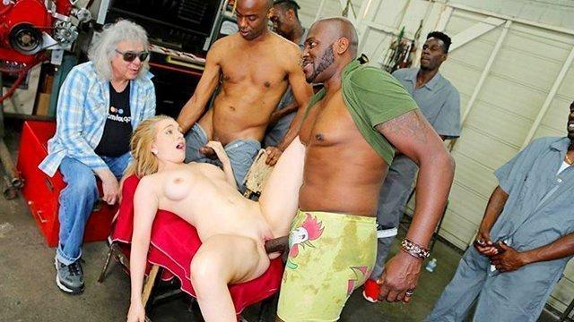 Смотреть Порно без Регистрации Мужик привез свою дочь в автосервис и отдал на растерзание длинным черным залупам, а сам сидел и смотрел, как ее грубо долбят в нигерском генг-бенге видео