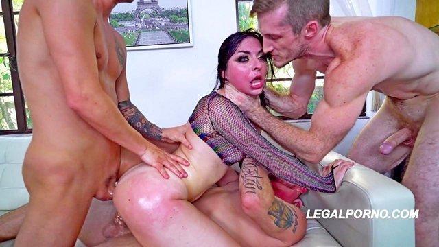 Смотреть Секс Распутную блядину очень хардкорно натянули тремя стоячими хуями и обоссали напоследок видео