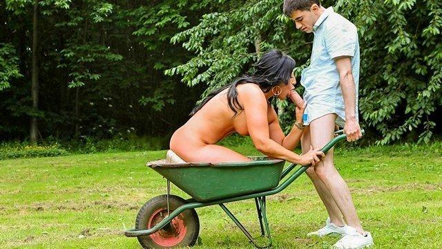 Смотреть Бесплатное Порно Молодой парнишка, которому часто везёт на сисястых сексапилок, снова пошпилился со зрелой мамкой, на этот раз в саду видео