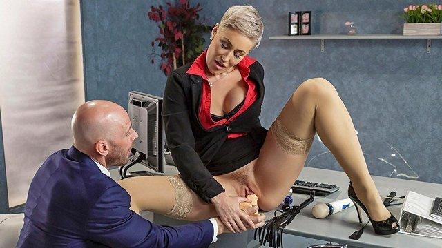 Смотреть Порно Ролики Зрелая начальница с короткой стрижкой перепихнулась с мускулистым ассистентом видео