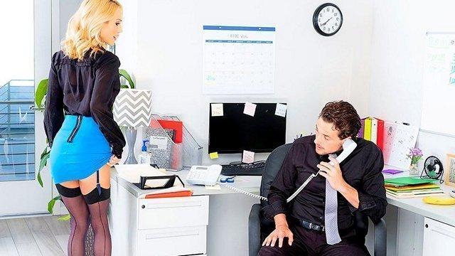 Смотреть Бесплатное Порно Опытный менеджер показывал новенькой работнице офис и премудрости ее должности, а потом и хорошенько отшпарил классную блондинку с круглыми сиськами на офисном столе видео
