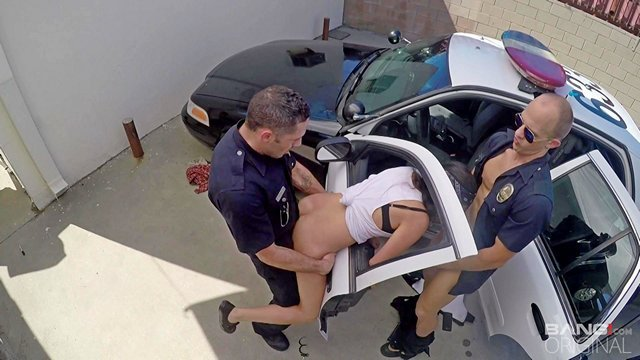 Смотреть Порно без Регистрации Двое полицейских устроили стройной блядешке обыск с проникновением и напихали ей в пизденку и в рот двумя точками видео