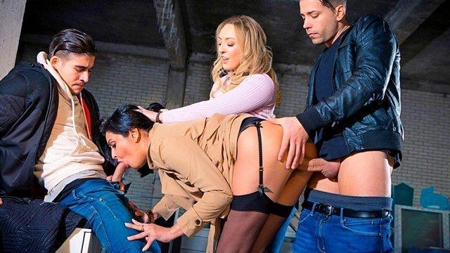 Смотреть Бесплатное Порно Похабная брюнетка наткнулась на девушку трахающуюся с двумя парнями и присоединилась к ебле видео