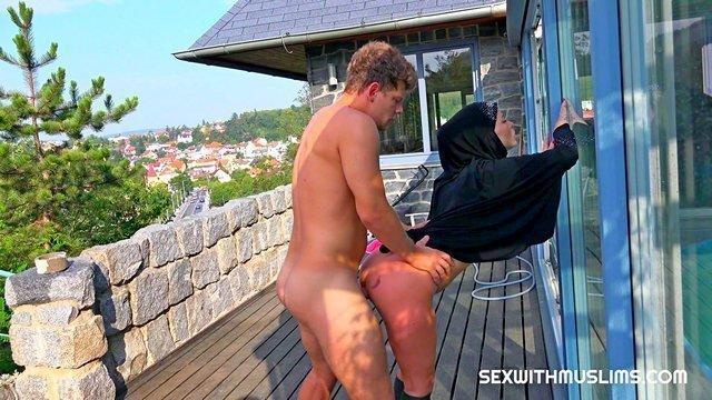 Порно Смотреть Озабоченный мажор жестко трахает в сочную письку мусульманскую домработницу видео