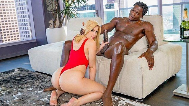 Смотреть Секс Гламурная блондиночка страстно трахается в мелкую киску с мускулистым нигером видео