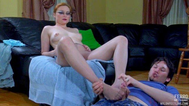 Смотреть Порно Ролики Очкастая мамка подрочила хер сыночка ступнями в колготках видео
