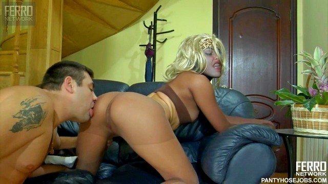 Порно Смотреть На днюху бугая его стройная телочка оделась полностью в нейлон, чтобы потешить фетишиста видео