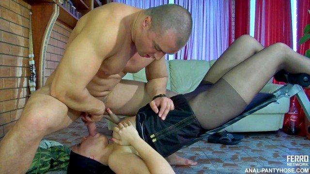 Смотреть Порно Ролики Тренер показывает своей подопечной несколько необычных стоек и позиций видео