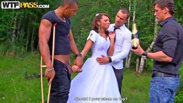 Смотреть Порно Ролики Озабоченный жених вместе с двумя друзьями оттрахал пьяную невесту во все дырки видео