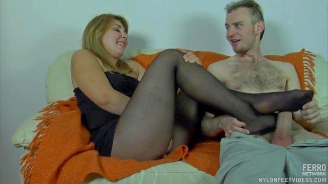 Смотреть Порно Онлайн Привлекательная телочка дрочит пошлому мужу ногами и трахается через дырку в колготах видео