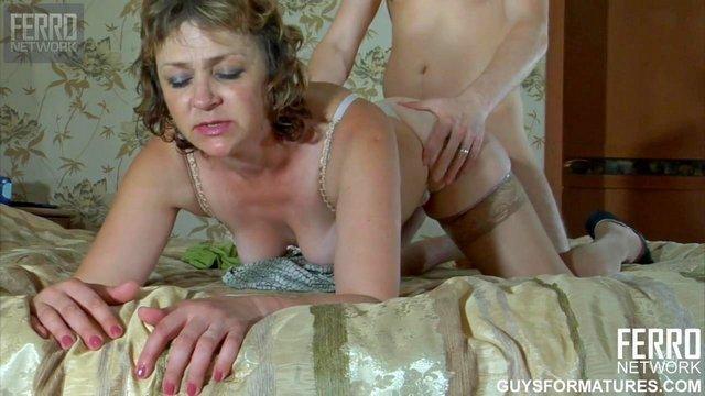 Смотреть Секс Сексуально озабоченная дамочка страстно ебется с неумелым парнем после знакомства видео