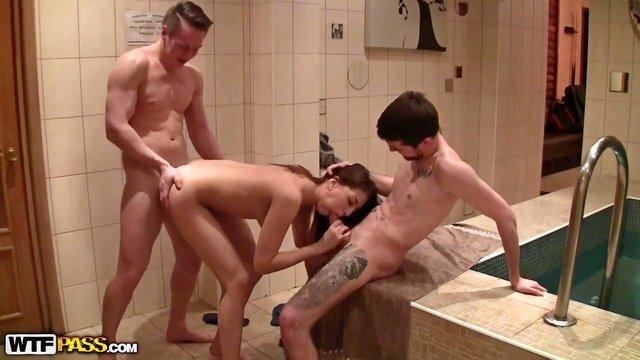 Смотреть Секс Два озабоченных пикапера выебали сексапильную брюнеточку в сауне видео
